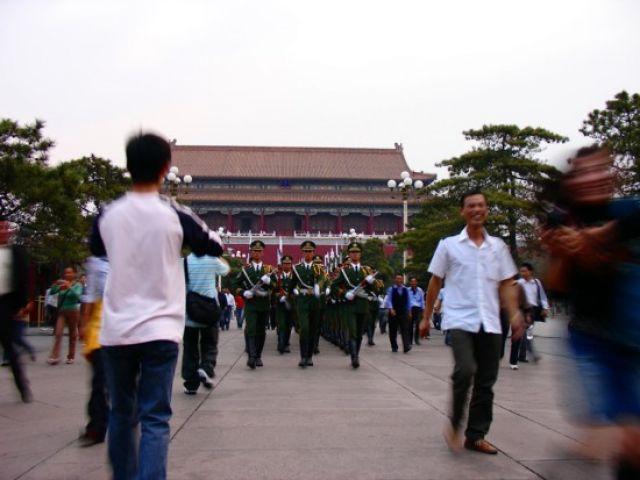 Zdj�cia: Tiananmen, Pekin, Zmiana warty na placu Tiananmen, CHINY