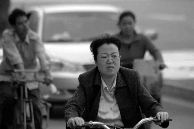 Zdjęcia: pekin, jazda na rowerze wymaga niebywalego skupienia!, CHINY