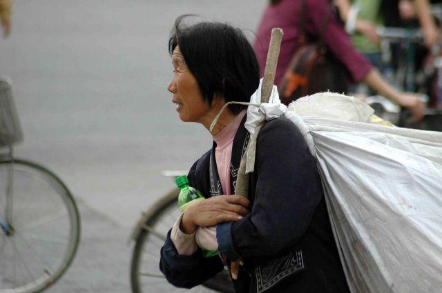 Zdjęcia: pekin, z dobytkiem na plecach, CHINY