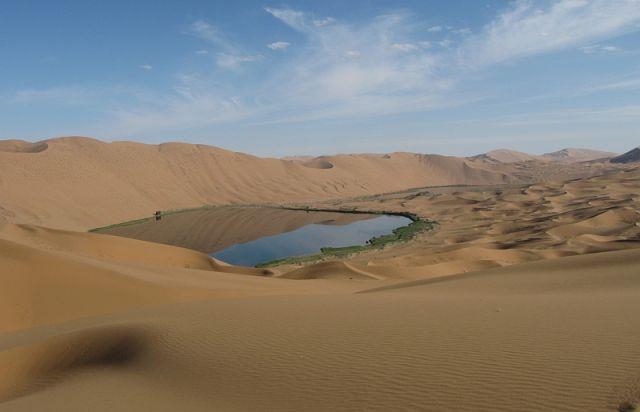 Zdjęcia: pustynia, Badain Jaran, jezioro wśród wydm, CHINY