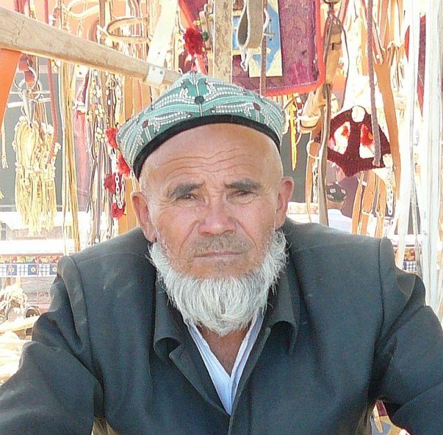 Zdjęcia: targ niedzielny, Kaszgar, mężczyzna z targu, CHINY