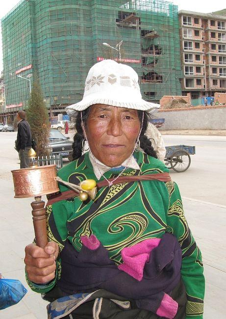 Zdjęcia: klasztor Labrang, Xiahe, tybetanka z klasztoru, CHINY