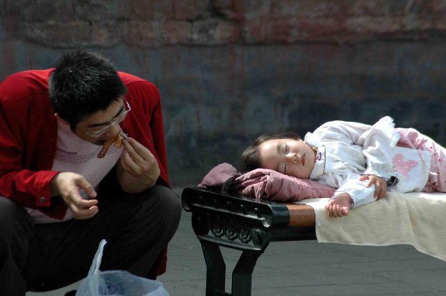 Zdj�cia: pekin, chiny- portrety; szybki obiad zanim c�rka si� obudzi, CHINY