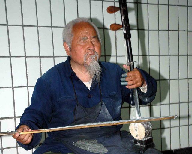 Zdjęcia: pekin, uliczny grajek, CHINY