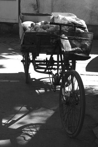 """Zdjęcia: Pekin, seria rowerków - """"owocnik"""", CHINY"""