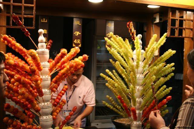 Zdjęcia: Pekin, dla Maciuchen ;-) - najlepsze ze straganów - owoce w lukrze ... niebo w gębie ;-), CHINY