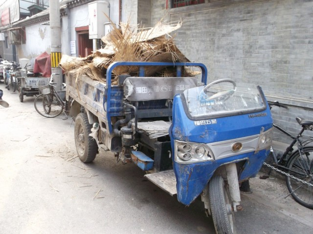 Zdjęcia: Pekin, Pekin, Chiny uliczka z motorkiem Pekin, CHINY