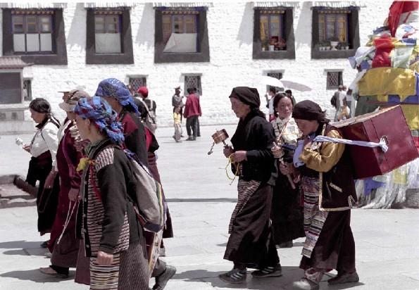 TYBET / Tybeta�ski Region Autonomiczny / Lhasa / Przemierzaj�c kor�