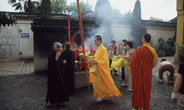 Zdjęcia: Suzhou, Ofiara całopalna w świątyni - Suzhou, CHINY