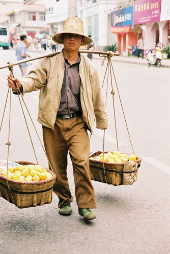 Zdjęcia: Kunming, Sprzedawca, CHINY