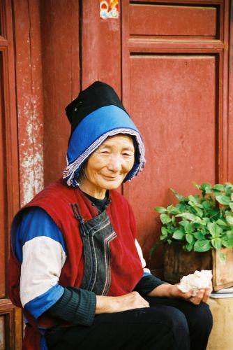 Zdjęcia: Lijang, Naxi babcia, CHINY