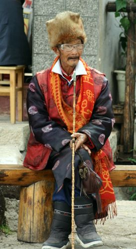 Zdjęcia: Lijiang, zabawny staruszek, CHINY