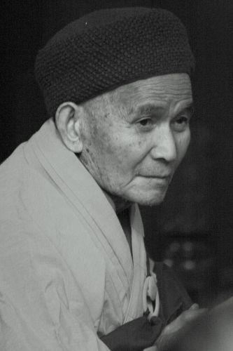 Zdj�cia: Hangzhou, mnich podczas modlitwy, CHINY