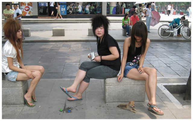 Zdjęcia: Xi'an, Chiny  północne, Dziewczyny modne (?) z pieskiem, CHINY