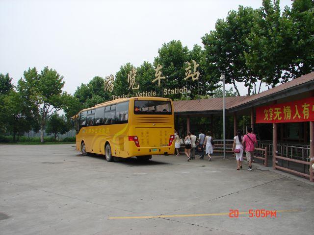Zdjęcia: Szanghaj, Szanghaj ZOO, Autokar obwozacy turystow po Zoo ,czujesz sie jak na safari, CHINY