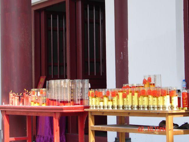 Zdjęcia: Nanning, GUANZOU, Male swieczki ,czyli modlimy sie w klasztorzev ,tylko dlaczego w Chinskim ,ale bog jest jeden, CHINY