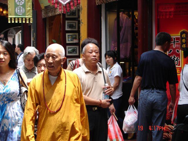 Zdjęcia: Szanghaj, Szanghaj , Mnich na zakupach, CHINY