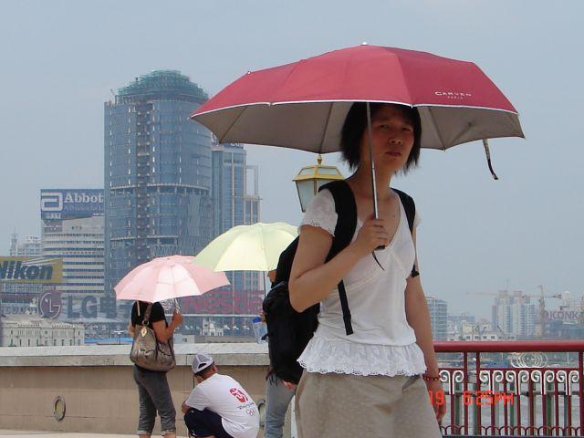 Zdjęcia: Pudong, Szanghaj , Kobieta pod parasolem, CHINY