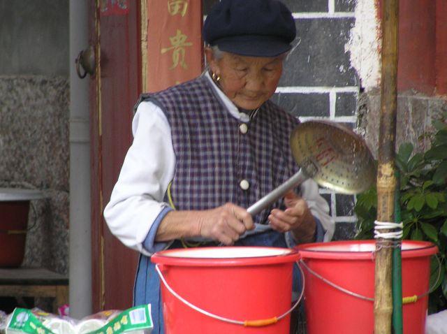 Zdjęcia: Lijiang, poł.-zach. Chiny, uliczna sprzedawczyni, CHINY