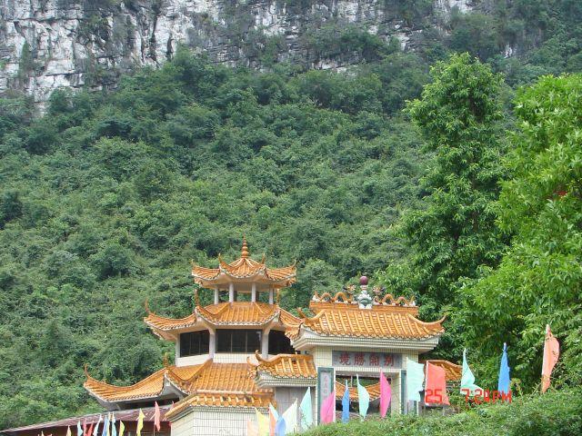 Zdjęcia: Yangsao, Guangzo, Chinskie daszki pod skalami ., CHINY