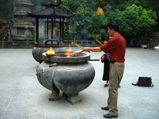 """Zdjęcia: Hangzhou, rytuały religijne w świątyni klasztoru """"Miejsca, w Którym Może Schronić się Dusza"""", CHINY"""