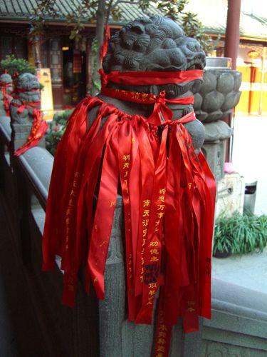 Zdjęcia: Shanghai, jeden ze strażników świątyni Jadeitowego Buddy, CHINY