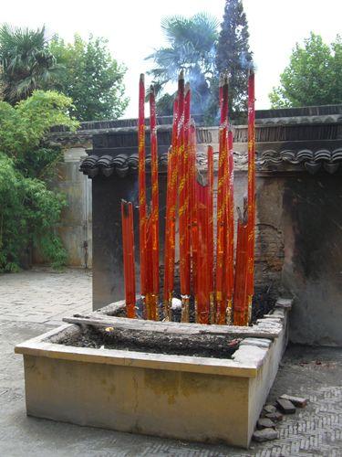 """Zdjęcia: Suzhou, """"kadzidełka"""" w świątyni Nefrytowego Buddy, CHINY"""