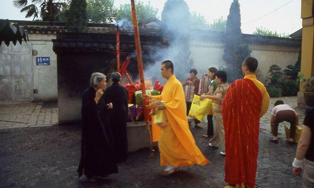 Zdj�cia: Suzhou, sk�adanie ofiary w �wi�tyni Nefrytowego Buddy, CHINY