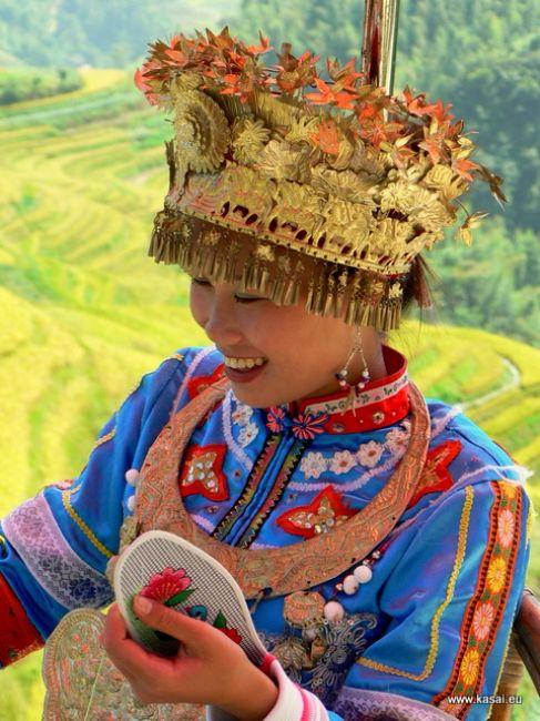 Zdjęcia: tarasy ryżowe Grzbietu Smoka, Chiny - dziewczyna w tradycyjnym stroju ludu Miao , CHINY