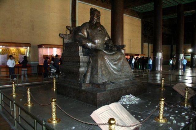 Zdjęcia: Grobowce z dynastii Ming - Pekin, Posąg cesarza Yongle, CHINY