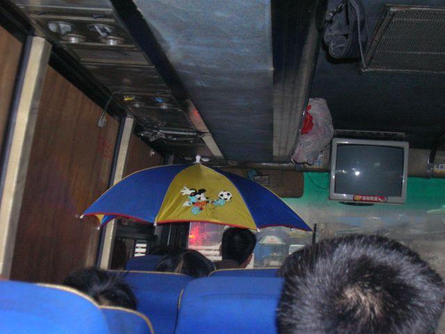 Zdjęcia: Chongqing, Chongqing, kreatywnosc Chinczykow- co robic gdy cieknie z klimatyzacji..., CHINY