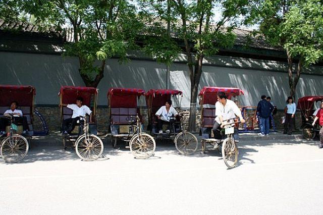 Zdjęcia: PEKIN, Hutongi, Riksze czekają, CHINY