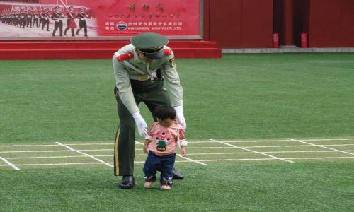 Zdjecie CHINY / - / Pekin / Chiński żołnierz pomagający zagubionemu dziecku...