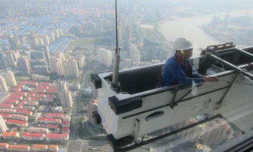 Zdjecie CHINY / Shanghai / World Financial Center / Mycie szyb na 100 piętrze
