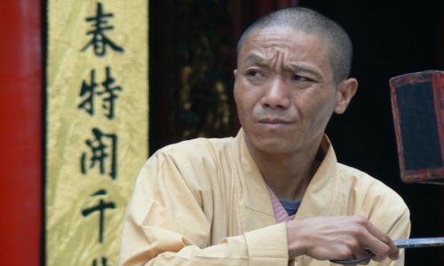 Zdjęcie CHINY / - / Guilin / Mnich buddyjski przed świątynią.