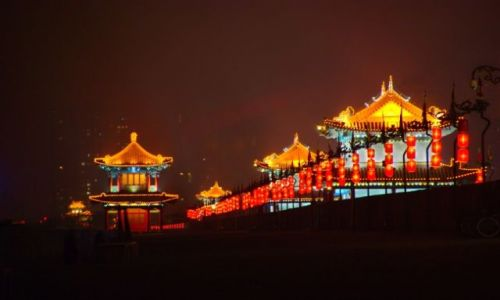 Zdjecie CHINY / Shaanxi / mury nocą / mury miejskie Xian