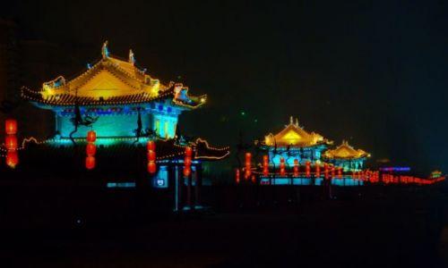 CHINY / Shaanxi / mury nocą / mury miejskie Xian