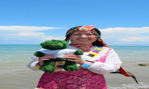 Zdjęcie CHINY / Jezioro Qinghai / na plaży / Tybetanka z misiem
