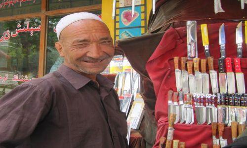 Zdjęcie CHINY / Hotan / Ulica / Sprzedawca noży ujgurskich
