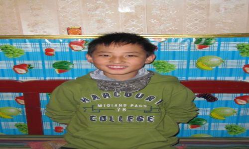 Zdjęcie CHINY / Xiahe / klasztor Labrang / chłopczyk w klasztorze