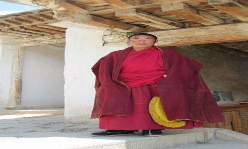 Zdjęcie CHINY / Xiahe / klasztor Labrang / Mnich  z klasztoru żółte czapki