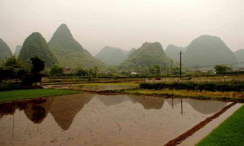 Zdjecie CHINY / Guangxi  / Yangshuo / pola wśród wzgórz