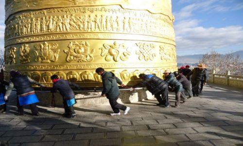CHINY / Yunnan / Shangri-La (Zhongdian) / Młynek w świątyni