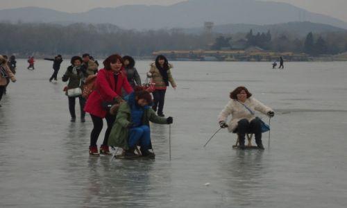 Zdjecie CHINY / Pekin / Pekin - Jezioro Kunming / Zabawy na lodzie