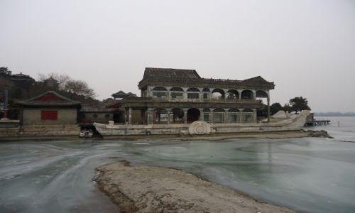 Zdjecie CHINY / Pekin / Pekin - Jezioro Kunming (Pałac Letni) / Uziemiona łódź