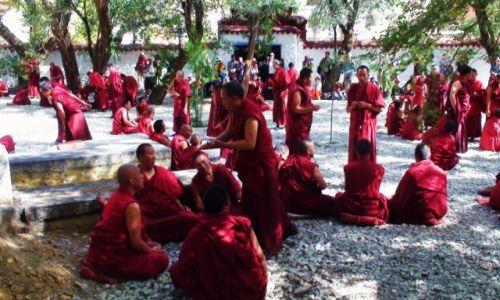 Zdjecie CHINY / Tybet / Klasztor Sera / Debata Mnichów