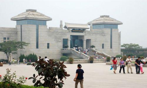 CHINY / Shaanxi / okolice Xian / Wejście do budynku z figurami Armii Terakotowej