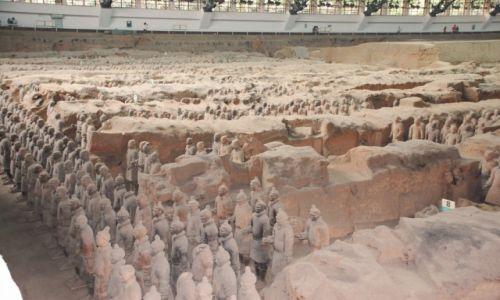 CHINY / Shaanxi / okolice Xian / Hala z Żołnierzami 'Cesarza Smoka'