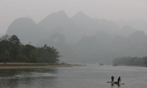 Zdjecie CHINY / Guilin / rzeka Li / mgła na rzece Li