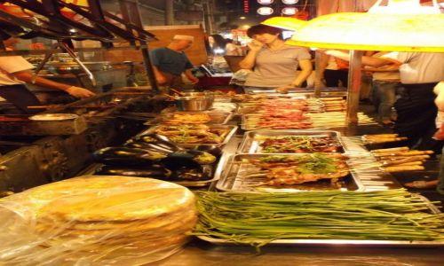 CHINY / Xi'an / Xi'an Muzeum Terakotowych Wojowników / Xi'an Dzielnica Muzułmańska stoisko kolorowe z jedzeniem